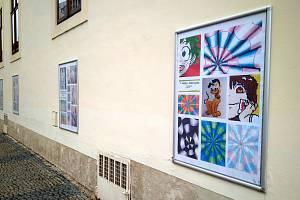 Obrázky jsou vystaveny venku na budově galerie Špejchar v Ruské ulici od pondělí 12. dubna po dobu dvou týdnů.