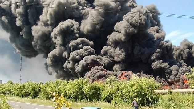 Požár tušimické skládky pneumatik: dým se valil hned vedle silnice na Kadaň.