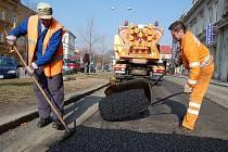 Horký asfalt začala obalovna vyrábět až před týdnem. Do té doby se záplatovalo studenou směsí.