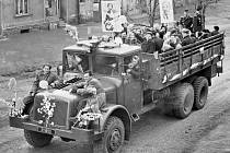 V dalším díle našeho seriálu se podíváme do roku 1956, do obce Březno u Chomutova. Uvidíte prvomájové oslavy, alegorické vozy a pionýry.