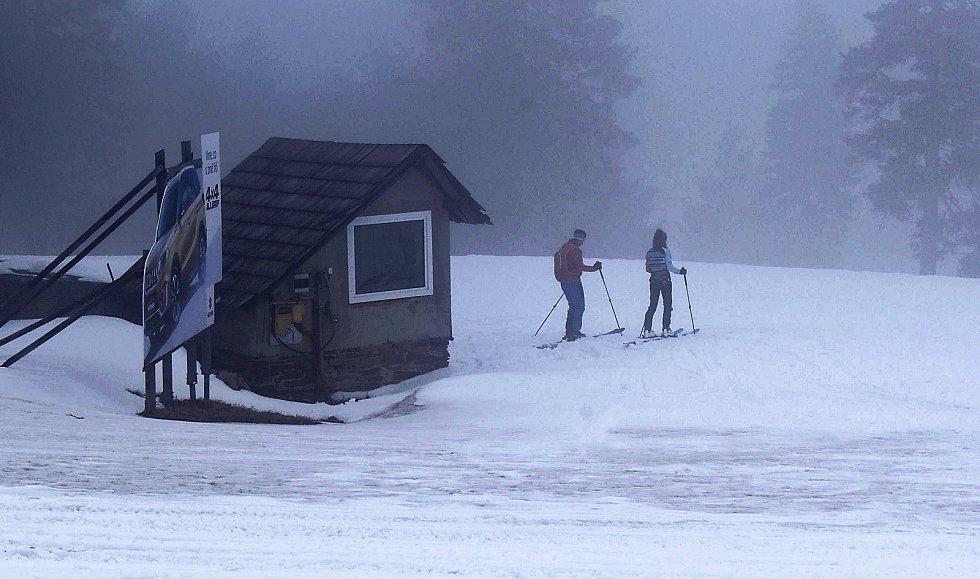 Po uzavření lanovek a hranic okresů je na Klínovci jen minimum lyžařů.