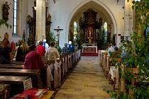 Začátek mše svaté v kostele Nanebevzetí Panny Marie