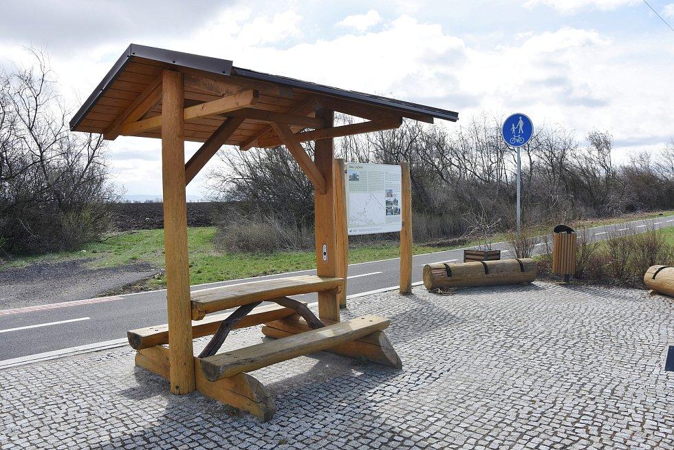 Odpočívadlo u cyklostezky v Lažanech, které patří k Hrušovanům.