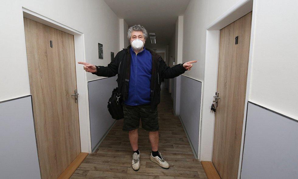 Ložnice číslo 8 a 11 jsou stále prázdné, i když jsou kompletně opravené. Vedení domova nechce klientům prohlubovat trauma, proto tam nikoho z nich neubytuje. Pokoje čekají na nově příchozí.