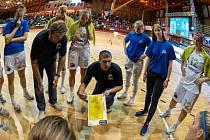 Chomutovský trenér Tomáš Eisner (uprostřed) udílí pokyny svým hráčkám.