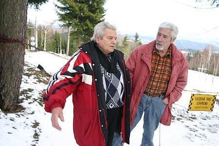 Majitel bistra u sjezdovky ve Skiareálu Alšovka v Měděnci na Chomutovsku Richard Novák (vlevo) tvrdí, že i letos kvůli mírné zimě tratí na tržbách nejen hoteliéři, ale také provozovatelé vleků. Spolu s chatařem Aloisem Štickým stojí u uzavřené sjezdovky,