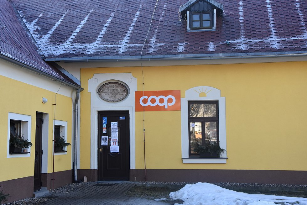 Obchod mají Blatenští ve stejném domě jako obecní úřad s knihovnou.