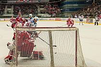 OPĚT DRAMA. Oba čtvrtfinálové zápasy na chomutovském ledě skončily v prodloužení. V pondělí se radovali domácí. Na snímku zasahuje třinecký brankář Hamerlík.