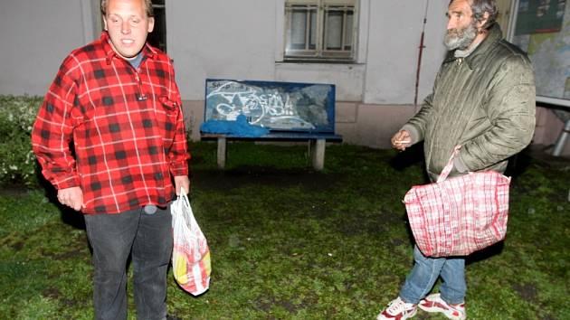Bezdomovci u lavičky před chomutovským hlavním nádražím, kde našel smrt jejich známý.