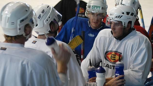 Hráči KLH CHomutov během tréninku, v modrém dresu Aleš Havlůj a v bílém Pavel Březina.