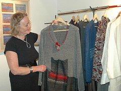 ZIMNÍ OBLEČENÍ ukazuje Eva Vágnerová. I plesové šaty, které ženy na vernisáži obdivovaly, si lze od ní koupit.