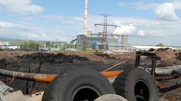 KLID. Spáleniště bylo zahrnuto hlínou, požár připomínalo několik ohořelých pneumatik a nepříjemný odér. Tak to v Tušimicích vypadalo na konci června.