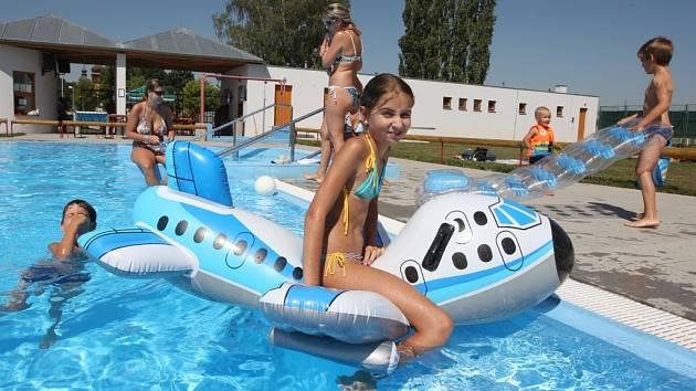 VE VODĚ. Vodních radovánek na koupališti ve Strupčicích si užívala  Alena Bauerová z Chomutova.