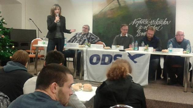 Ivana Řápková u mikrofonu na místním sněmu ODS.