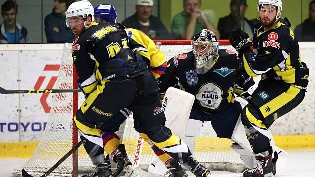 Utkání Kadaně (v černém) proti Českým Budějovicím v druhé nejvyšší soutěži WSM ligy