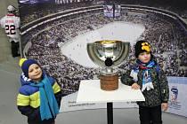Na utkání Pirátů s Motorem byla k vidění i replika  poháru pro hokejové mistry světa.