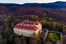 Letecký pohled na zámek Červený Hrádek u Jirkova v době svítání. Foceno 20. dubna 2019.