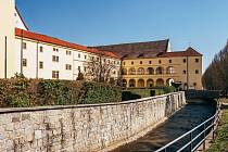 Chomutovská knihovna sídlí v historické budově bývalého Jezuitského gymnázia, respektive jeho kolejích.
