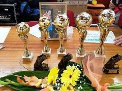 Na vítěze memoriálu čekaly krásné poháry.