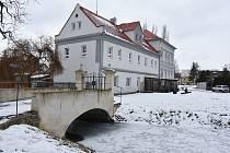 Spořická škola leží v malebném zákoutí u kostela sv. Bartoloměje a jeho vodního příkopu. Škola je určená pro pět nejnižších ročníků, obec ji chce rozšířit o další dva.