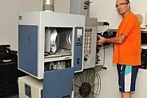 STARÉ PRYČ. Na snímku Tomáš Neubauer demontuje starou promítací mašinu, aby na její místo mohl instalovat mnohem modernější zařízení.