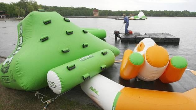 Nafukovací atrakce na Kamencově jezeře.