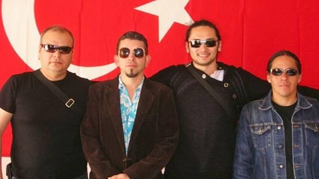 Pod hradem vystoupí i kapela Desert Kültür, složená z hudebníků z Mexika, Turecka, Peru a Německa.