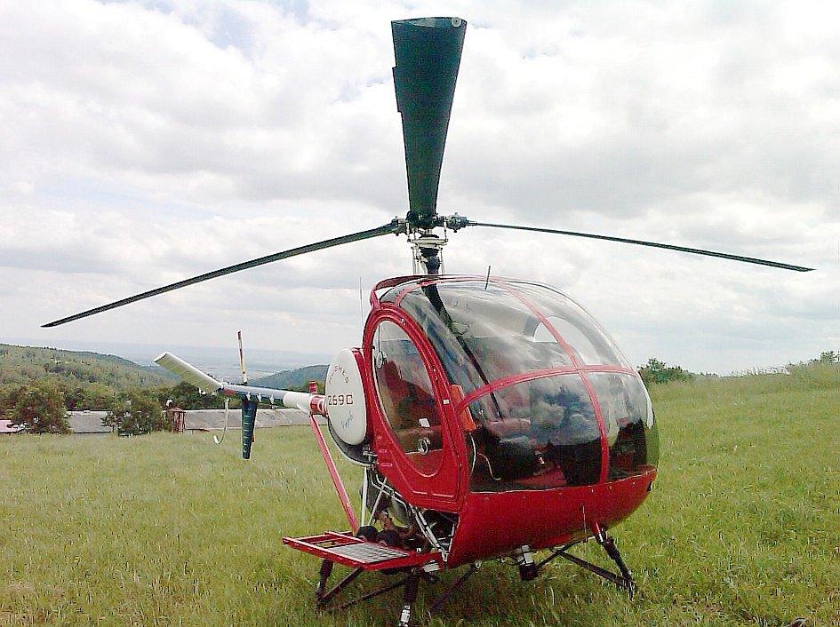 Létá se vrtulníkem typu Schweizer 300C.