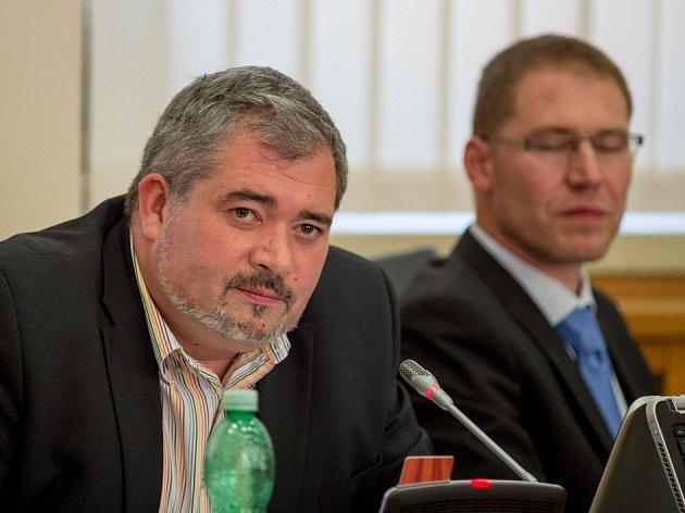 Primátor Chomutova Daniel Černý a náměstek Marian Bystroň (v pozadí) na zasedání zastupitelstva.