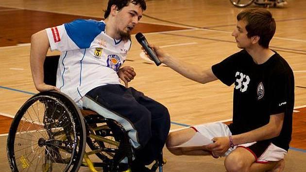 Jan Hamák získal další prostředky na koupi svého nového vozíku. Na snímku odpovídá na dotazy Martina Bociana.