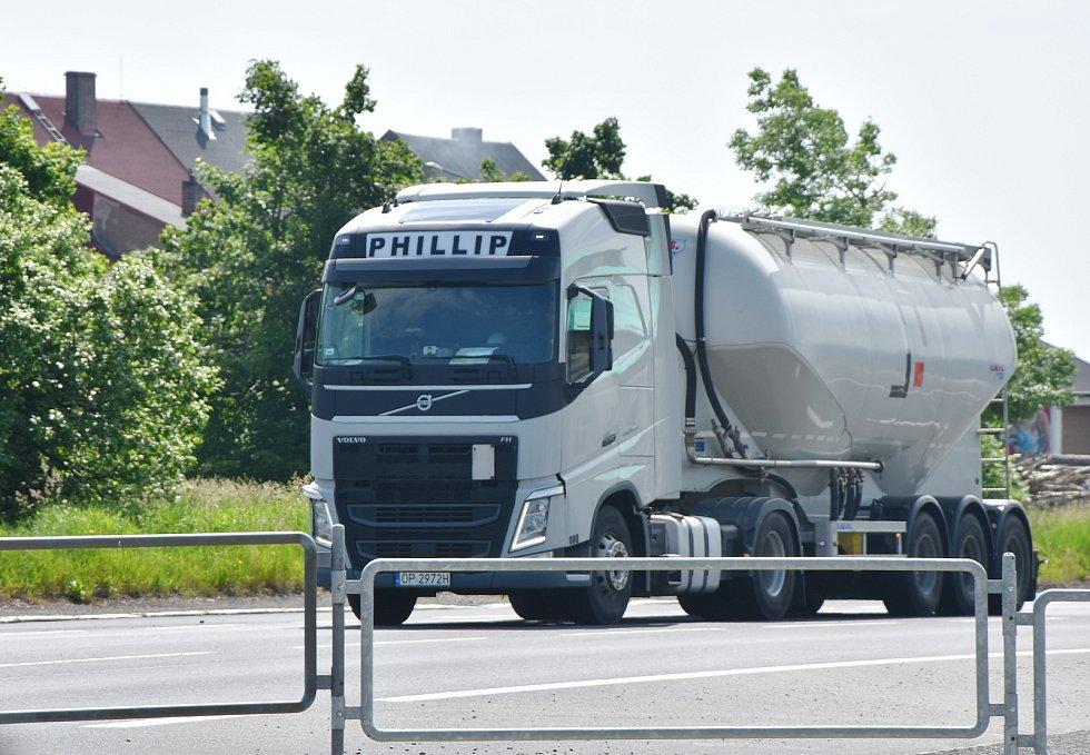 Obec trápí kamiony, které se přes ni valí.
