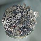 Stříbrná brož pro Kate je ozdobená jejím měsíčním kamenem, kterým je garnet.