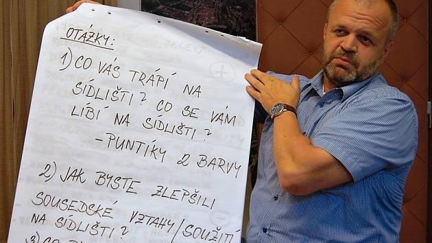 """Starosta Kadaně Jiří Kulhánek s trojicí otázek, které na setkání položil obyvatelům """"Céčka""""."""