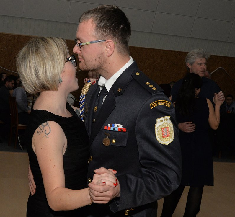 Na hasičský ples do Strupčic sportovní haly,přišlo kolem pěti set lidí.Bohatá tombola a taneční rej byl hlavním garantem tanečníků.