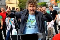 Hlavní organizátor akce Luboš Hána  při dirigování na náměstí v Jirkově.