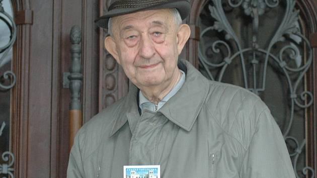 Zdeněk Petráček před třemi lety s průkazem, který ho opravňuje navštěvovat až do konce života všechny akce SKZ zdarma.