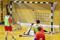 GÓL: Arsenal Chomutov (červení) právě vstřelil vítězný gól a dokonal obrat utkání ve kterém již prohrával 0:2.