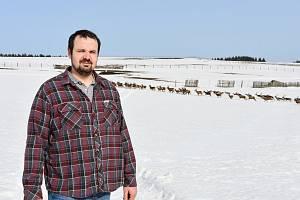 David Lacman se stádem jelenů.