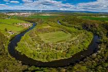 Želinský meandr u Kadaně je nádherným místem s ještě krásnějším výhledem na řeku Ohře, která zde protéká. V minulosti ještě před výstavbou Nechranické přehrady bylo těchto meandrů víc, ale bylo nutné koryto řeky kvůli přehradě upravit. Pohled z dronu.