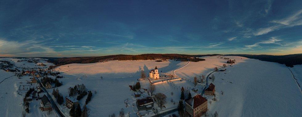 Kostel sv. Václava v obci Kalek v Krušných horách nedaleko německých hranic uprostřed letošní krásné zimy při západu slunce. (8.2.2021)