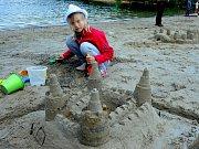 Na pláži Kamencového jezera vyrostly hrady z písku.