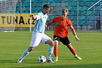 FC CHomutov (v modrém).