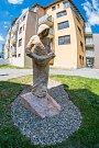 Instalace sochy sv. Prokopa, patrona horníků, v parčíku u chomutovské radnice.
