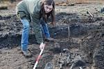 Archeoložka Věra Sušická u jednoho z odhalených hrobů.