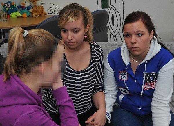 Zleva patnáctiletá Jana, devatenáctiletá Helena a orok mladší Maruška.