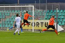 FC Chomutov (v bílém) - SEKO Louny 1:0
