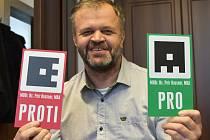 Hlasovací karty s QR kódem už má Kadaň pro jednotlivé zastupitele vyrobené. Představil je starosta Jiří Kulhánek.