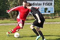 Spořičtí fotbalisté (v červeném) podlehli Podbořanům 3:4.