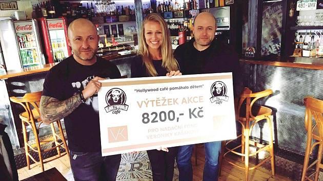 Na snímku předávají majitelé restaurace nadaci šek. Zleva Jerry Huml, Veronika Kašáková a Marcel Huml.