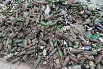 Kila hlíny, kořenů i železného šrotu znehodnotily sběrný dvůr v Otvicích